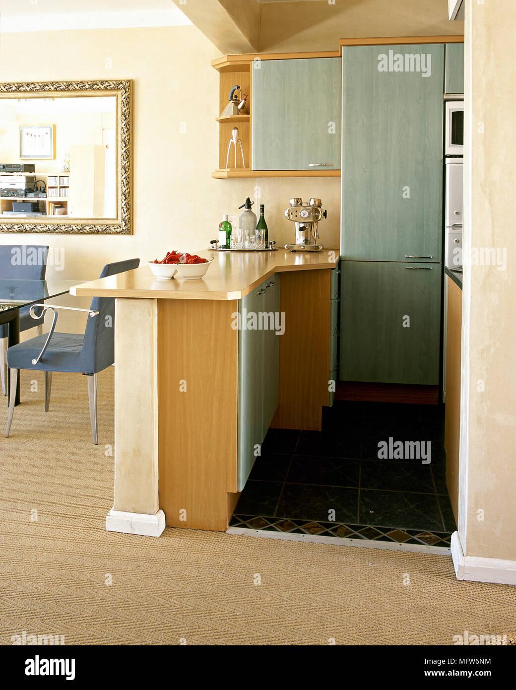 Dettaglio Della Cucina E Zona Pranzo Con Penisola Armadi A Muro E Un Tavolo Da Pranzo E Sedie Foto Stock Alamy