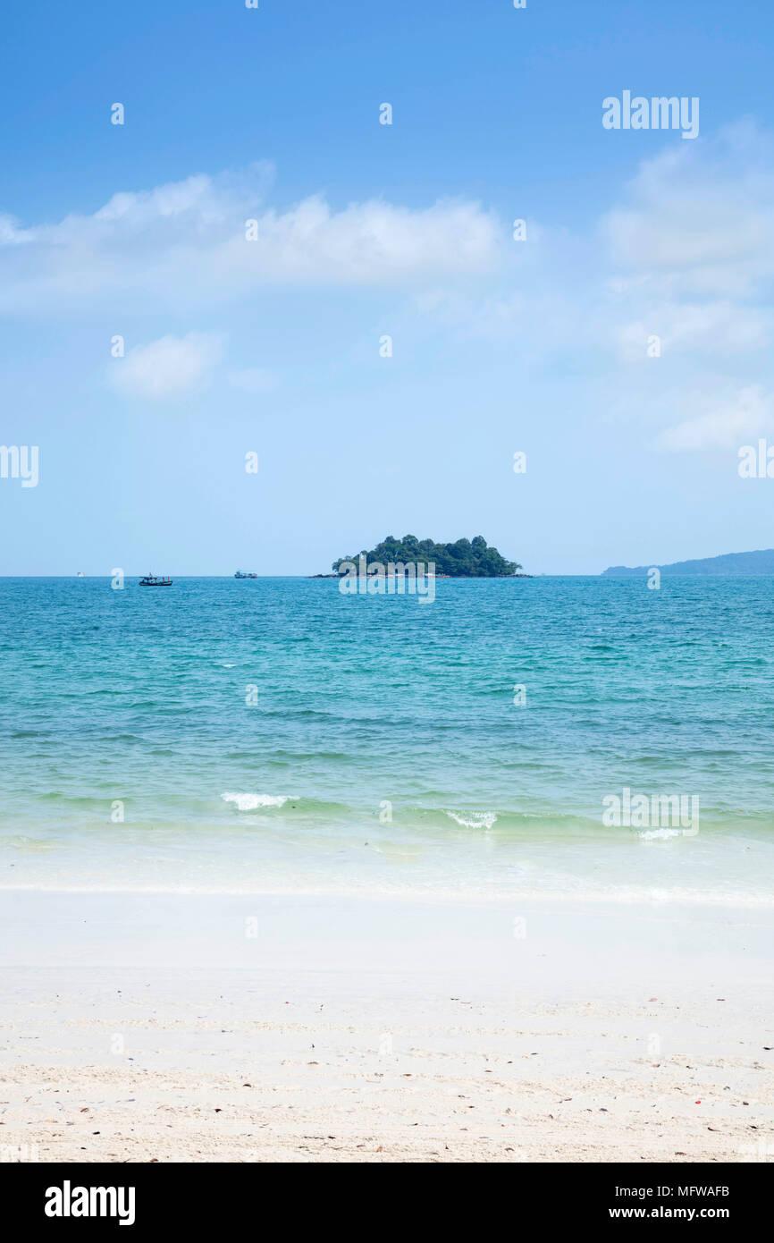 Il vuoto di spiaggia di sabbia bianca di lunga impostato su Koh Rong isola Immagini Stock