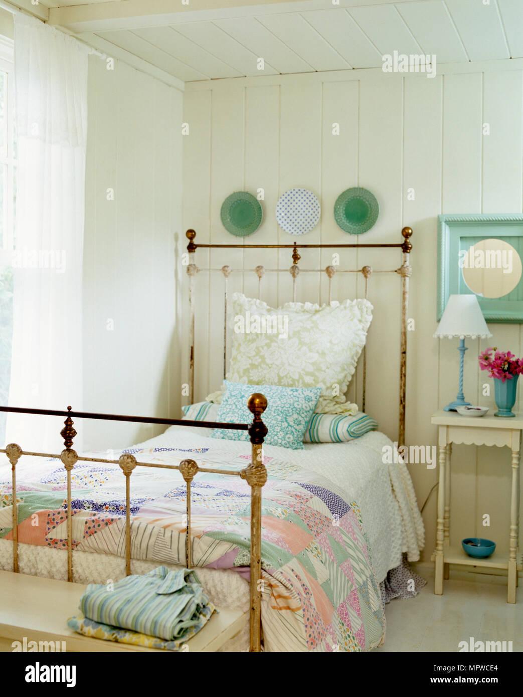 In vecchio stile in ottone letto singolo in stile country ...