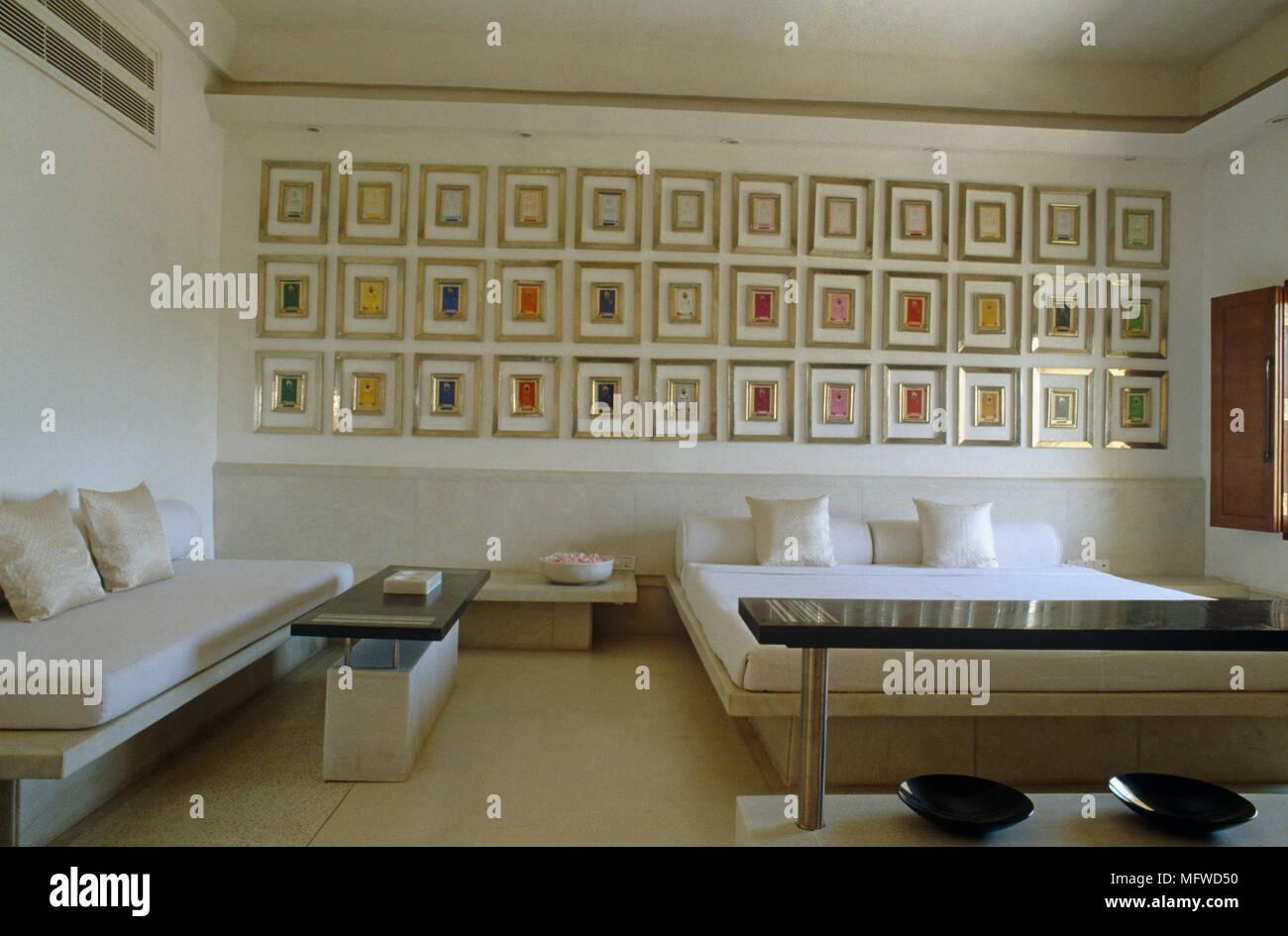 Collezione di opere d 39 arte visualizzato nella parete sopra un letto matrimoniale in camera da - Parete camera da letto moderna ...
