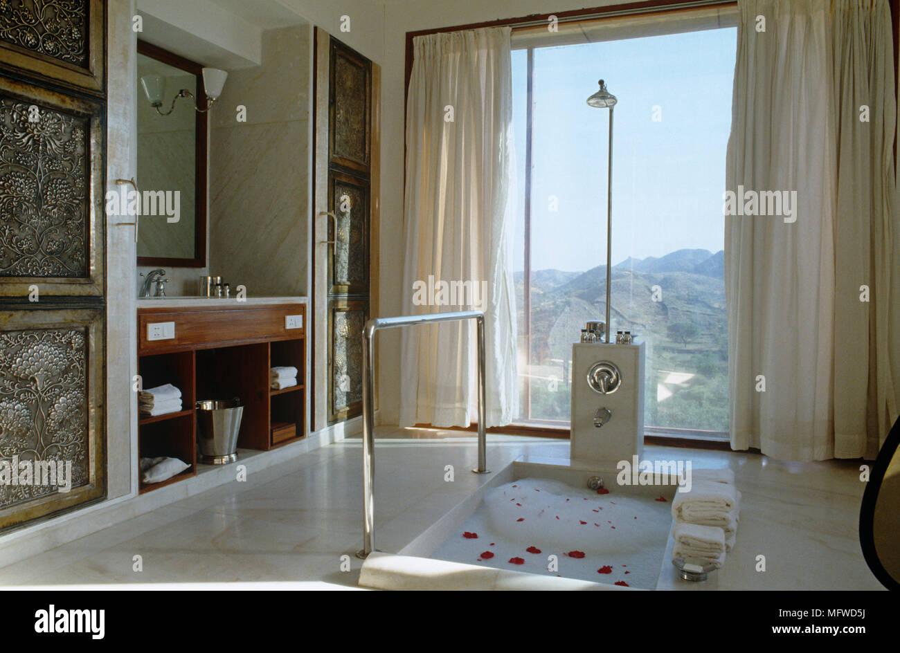 Sopra la doccia Vasca da bagno incassata in stile etnico bagno Foto ...