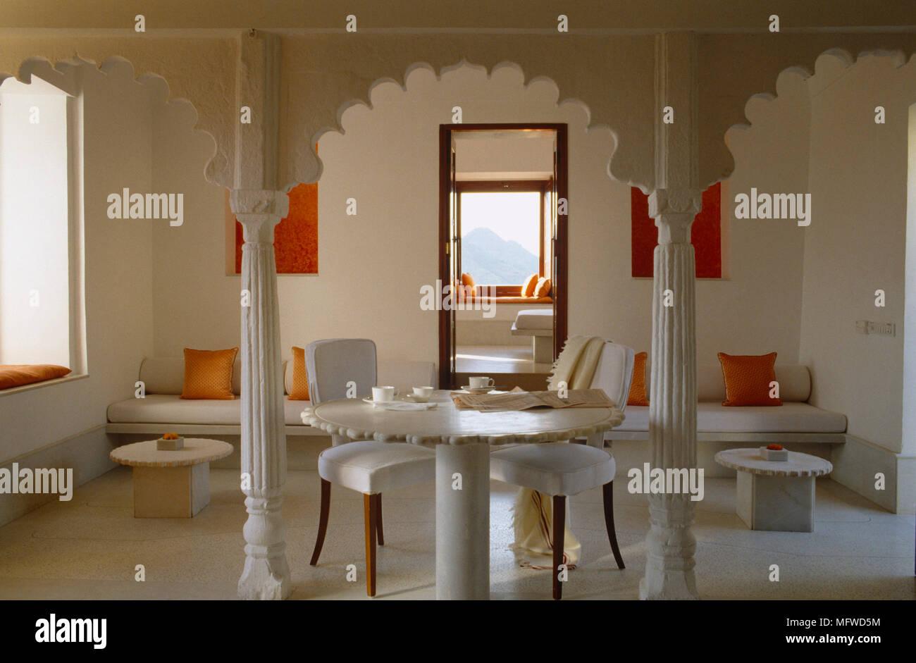 Tavoli Da Pranzo In Stile.Coppia Di Sedie Imbottite Al Tavolo Da Pranzo In Stile Etnico Sala