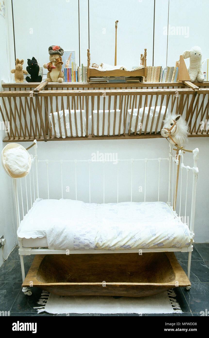 Un dettaglio di una camera bambino, verniciato con letto di ferro ...