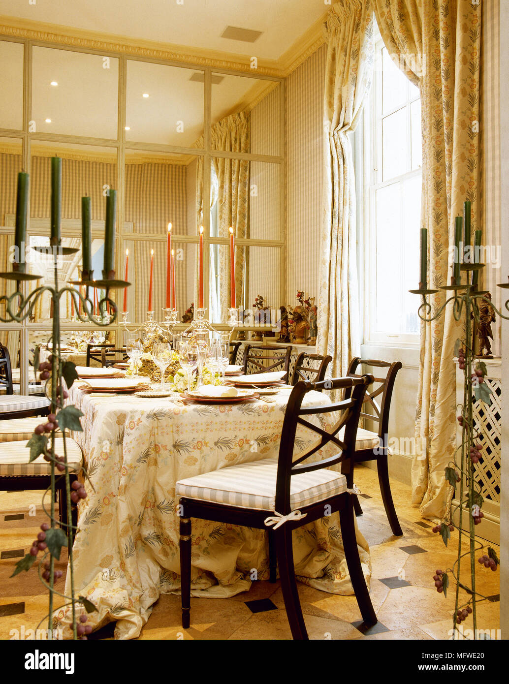 Ornati in sala da pranzo con parete a specchio e un tavolo e sedia ...