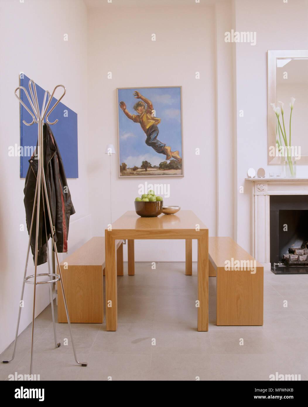Un moderno open plan soggiorno con caminetto, semplice legno tavolo ...