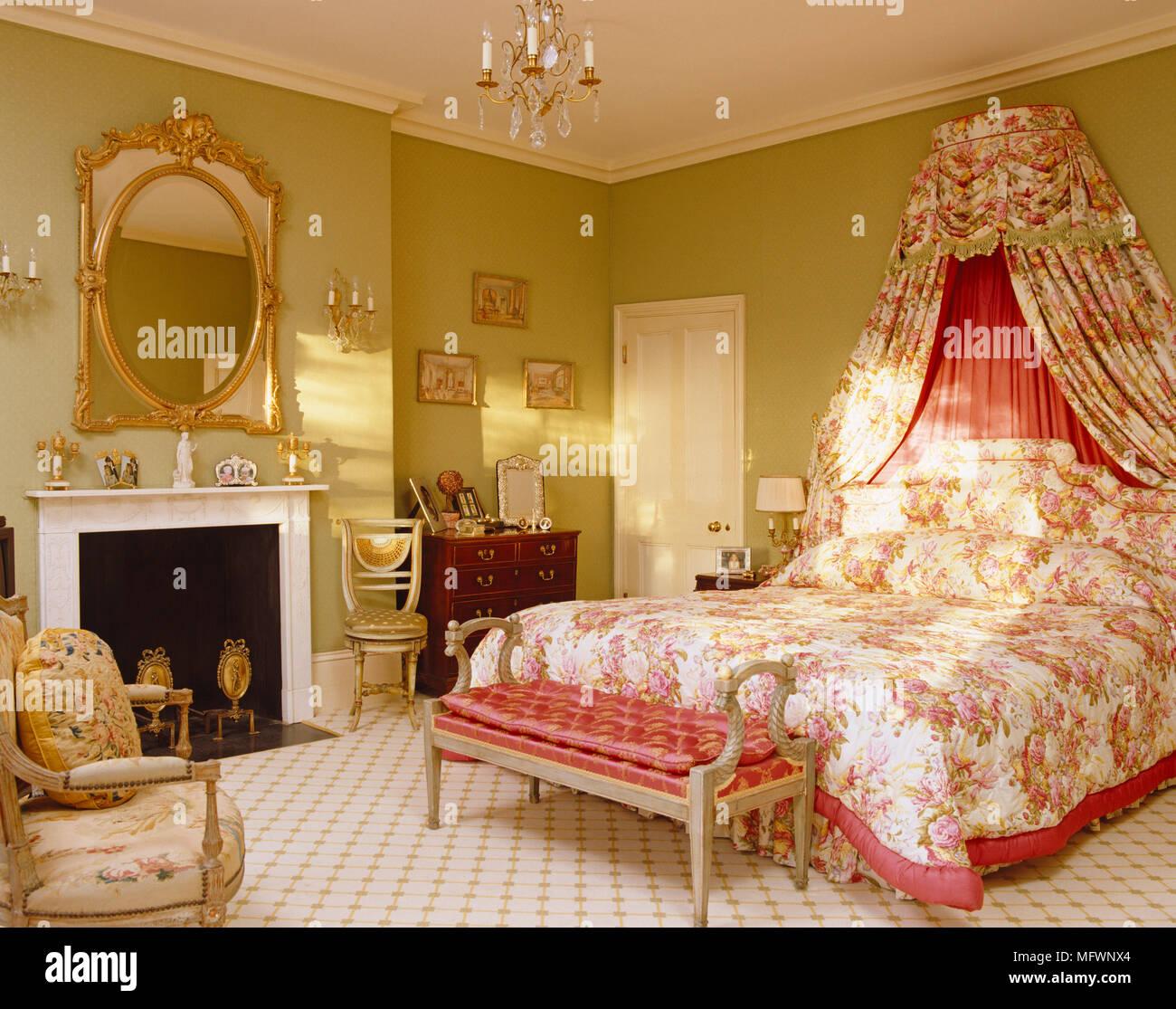 Letto matrimoniale con motivi floreali biancheria da letto ...