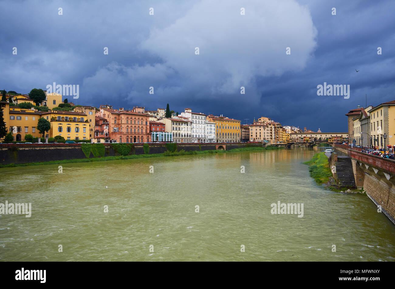Raccogliere tempesta, il fiume Arno, Firenze, Italia. Immagini Stock