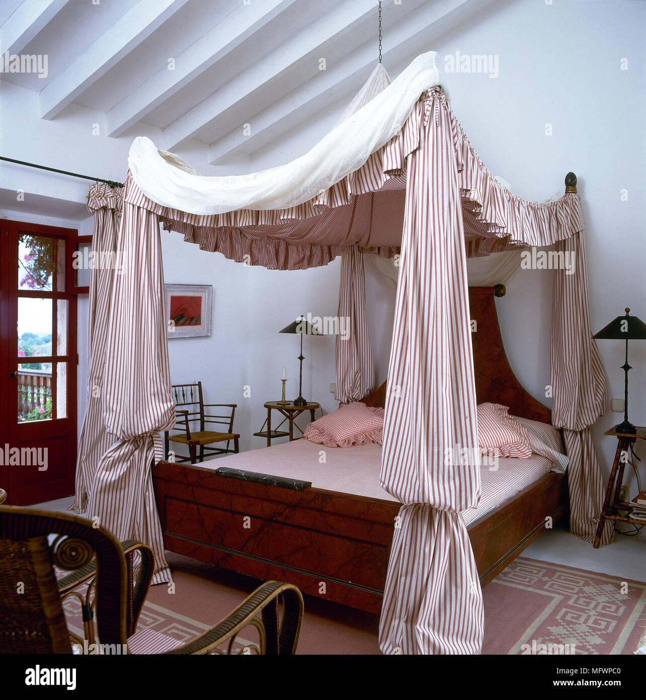 In stile country camera da letto con letto a baldacchino con strisce ...