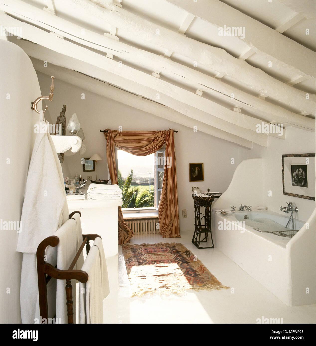 Soffitto Travi A Vista in stile country bagno bianco con soffitto con travi a vista