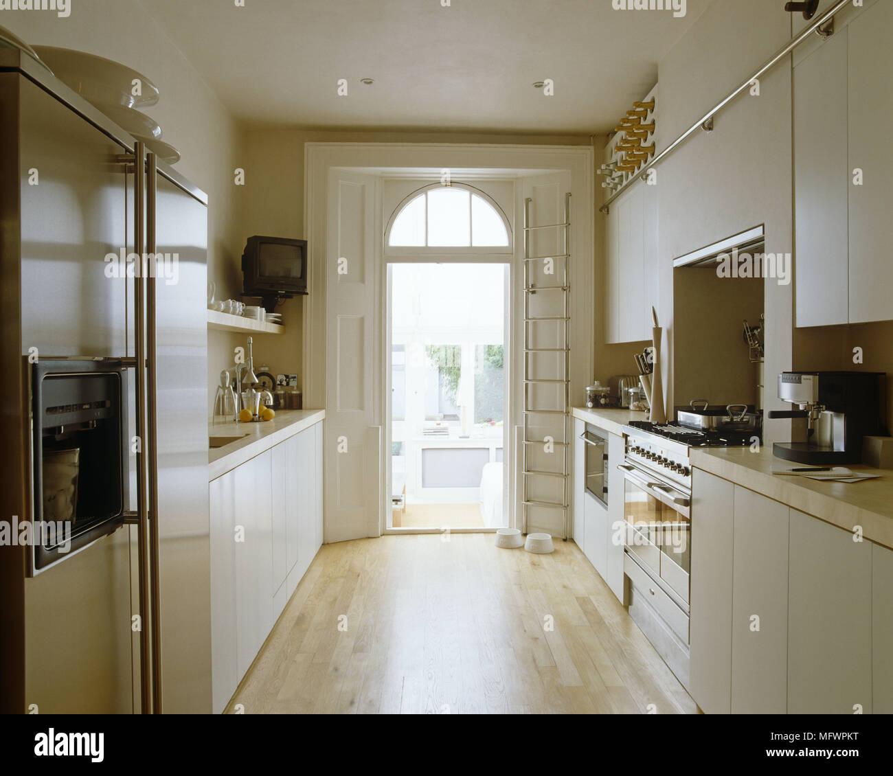Cucina galley con unità montate su entrambi i lati del portale ad ...