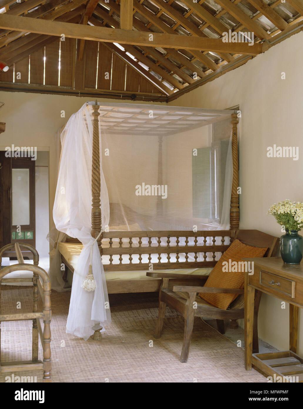 Legno di letto a baldacchino con net in stile country camera da ...