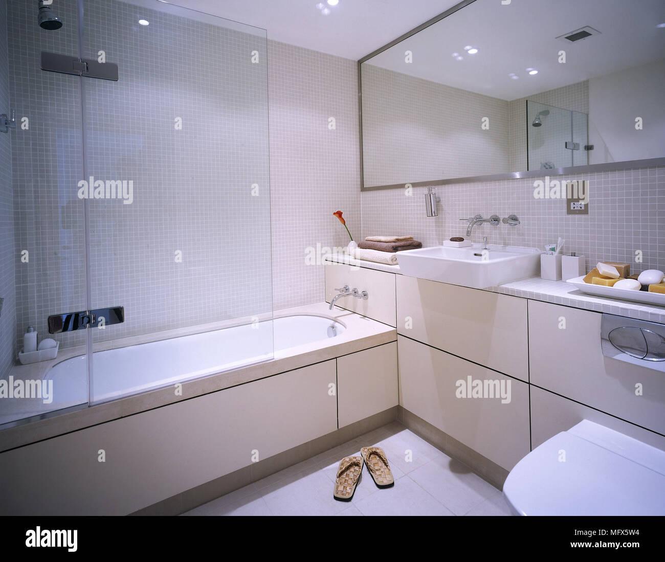 Bagno moderno con mosaici di pareti piastrellate, vasca da bagno con ...