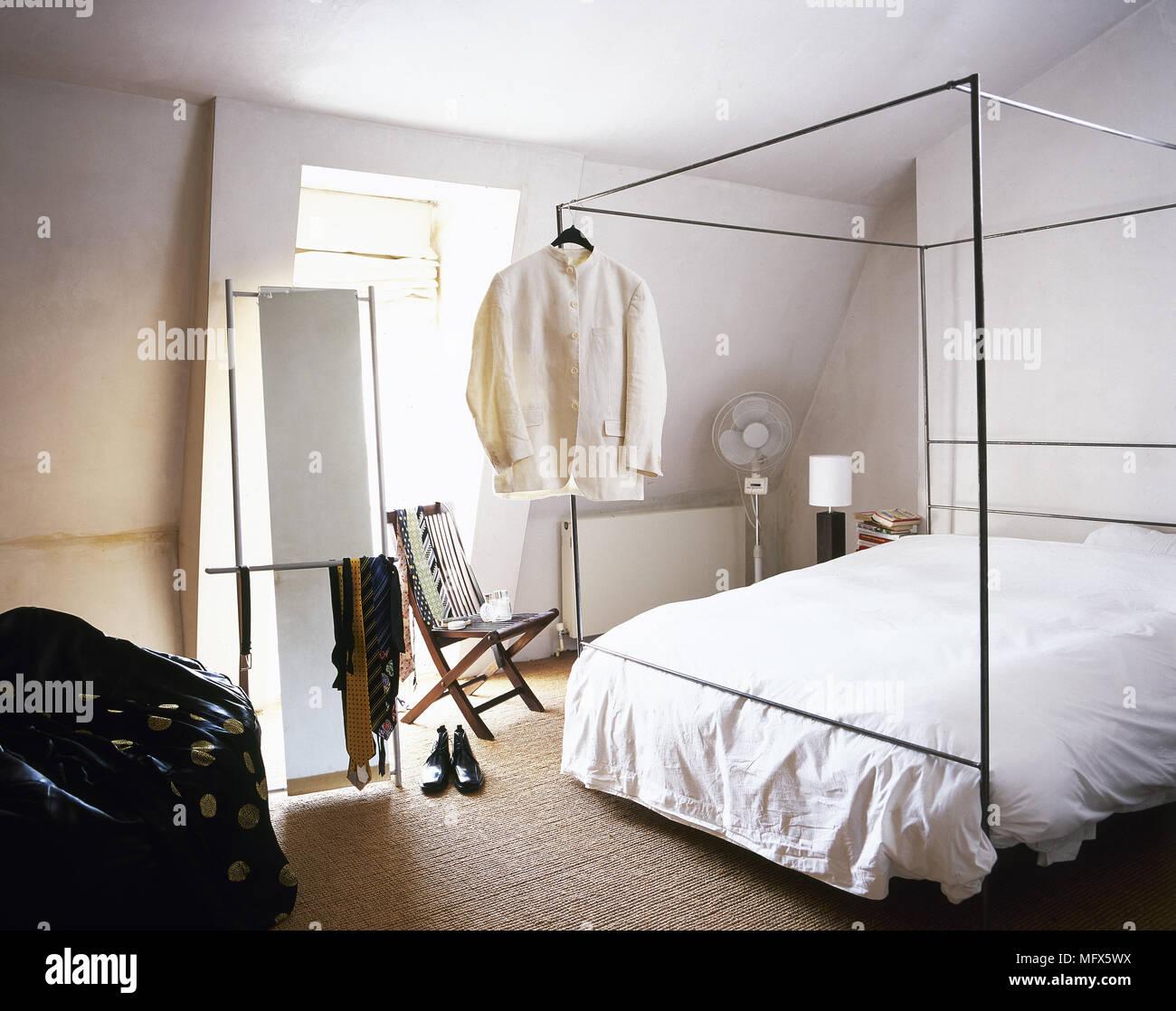 Camera da letto in stile contemporaneo con pavimento in ...