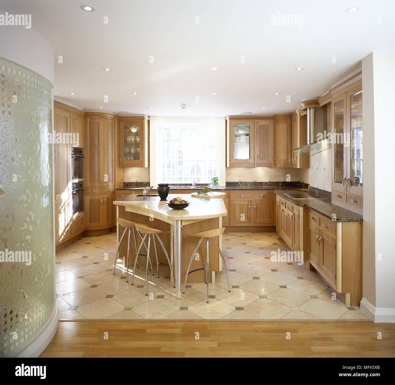 Cucina moderna con pavimento piastrellato, armadi in legno isola ...