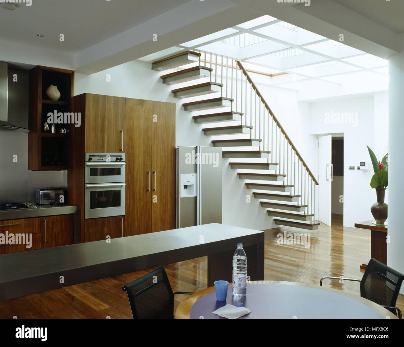 Tabella nella cucina a pianta aperta con scala interna Foto ...
