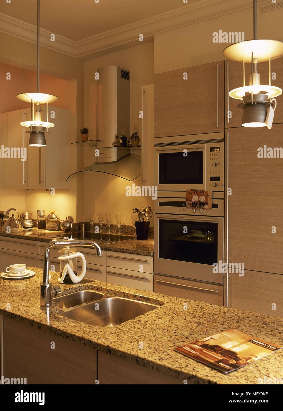 Appendere le luci e piani di granito in cucina scuro Foto & Immagine ...