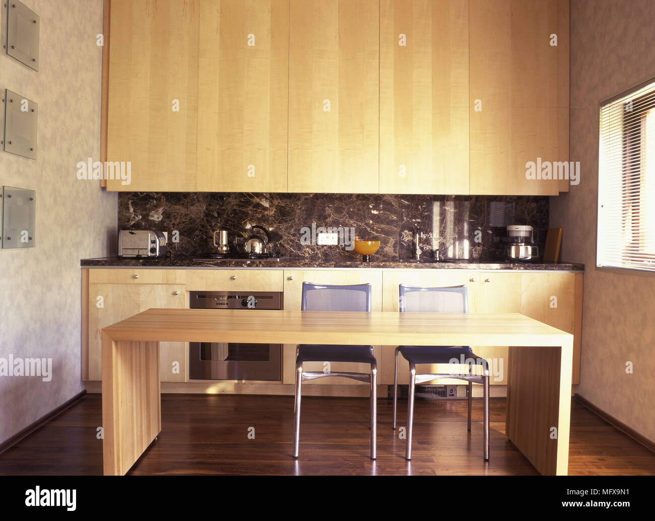 Sedie In Metallo Da Cucina : Tavolo da pranzo in legno e sedie in metallo in cucina
