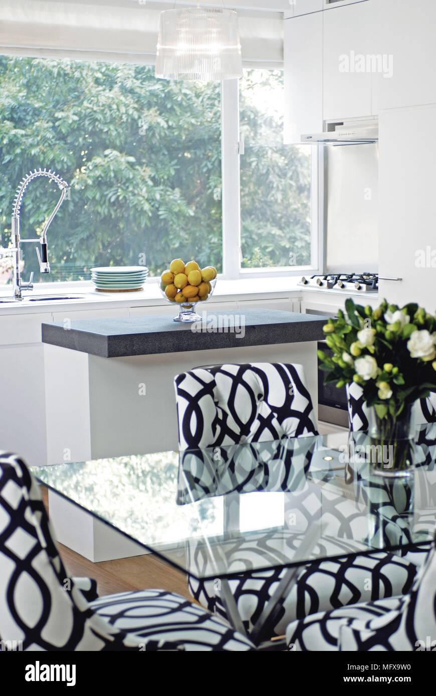 Tavolo Bianco E Nero Cucina.Bianco E Nero Sedie Modellato A Ripiano In Vetro Tavolo In