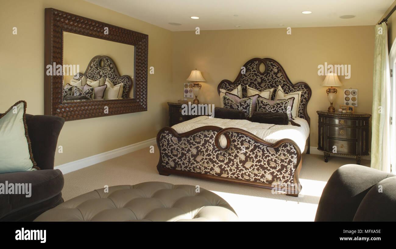 Camera Da Letto Giallo : Letto matrimoniale con rivestimento modellato in camera da letto