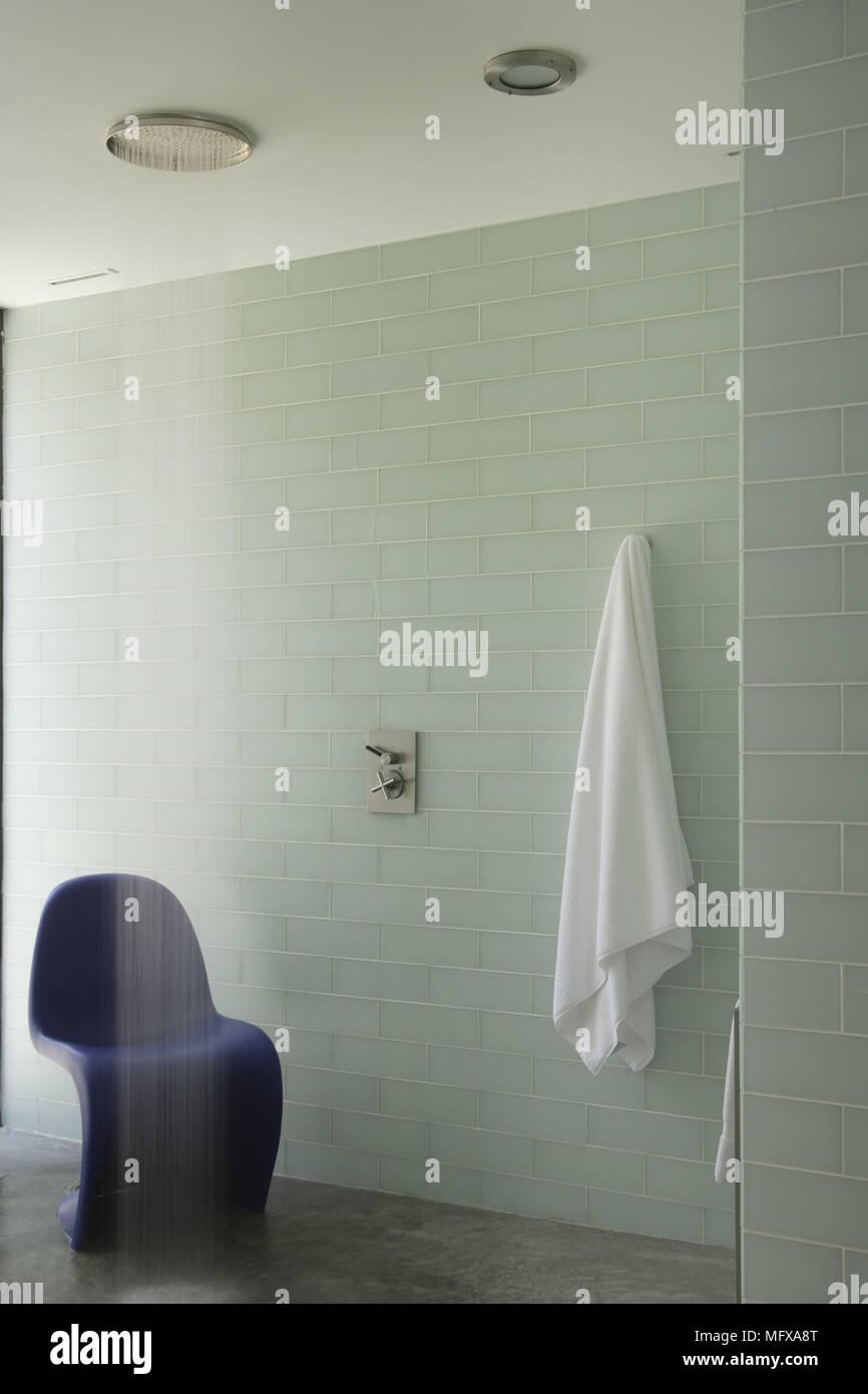 Verner Panton Chair blu sotto l\'acqua dalla doccia in aqua bagno ...