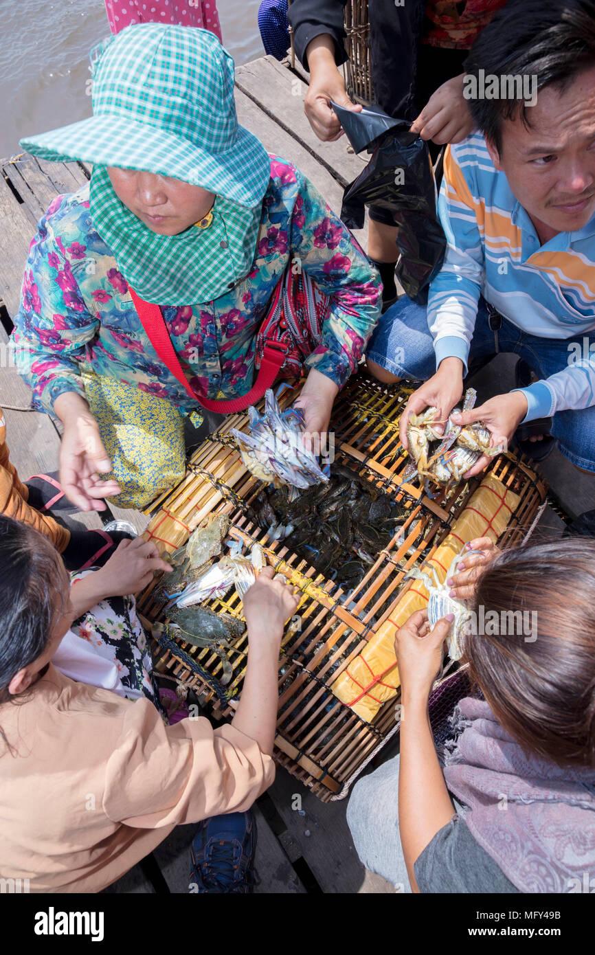 Cham commercianti musulmani con una cattura di granchi nel mercato del granchio in Kep, Cambogia Foto Stock
