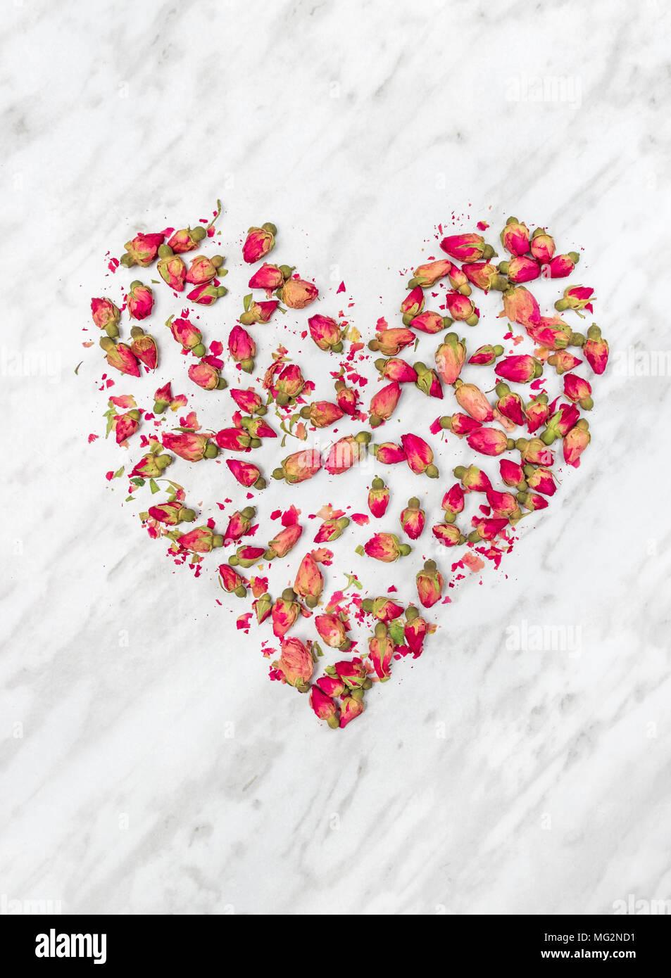 Cuore Di Rosa Appassita Fiori Sul Grigio Chiaro Sfondo Marmo Foto