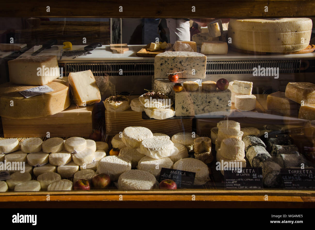 Formaggio italiano venga venduto ad un cibo di stallo del carrello a Roma a Campo de Fiori mercato all'aperto Immagini Stock