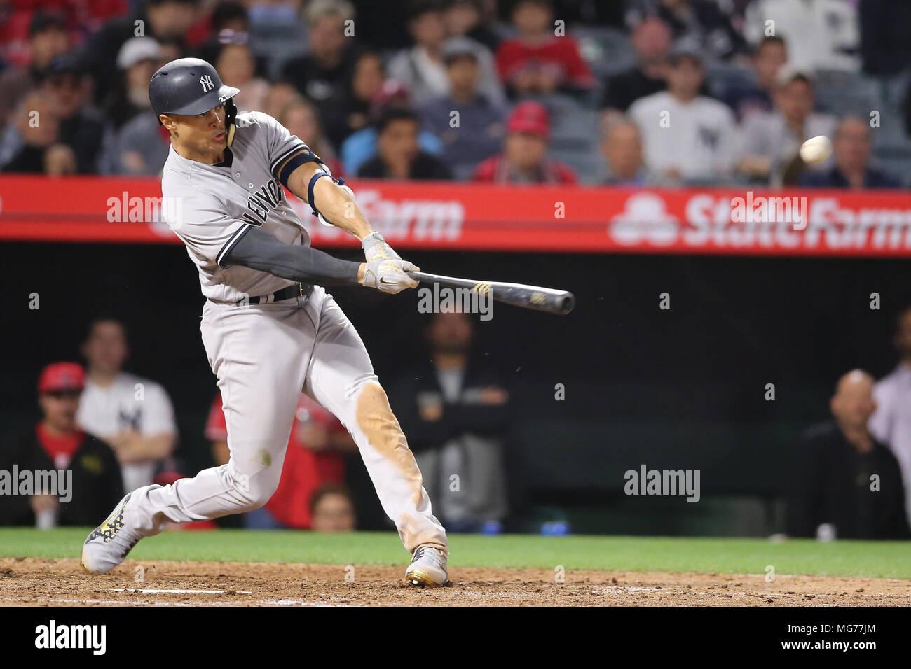 Aprile 27, 2018: New York Yankees diritto fielder Giancarlo Stanton (27) ottiene un buon taglio al midollo ma non abbastanza per ottenere il homer nel gioco tra i New York Yankees e Los Angeles gli angeli di Anaheim, Angel Stadium di Anaheim, CA, fotografo: Pietro Joneleit Immagini Stock