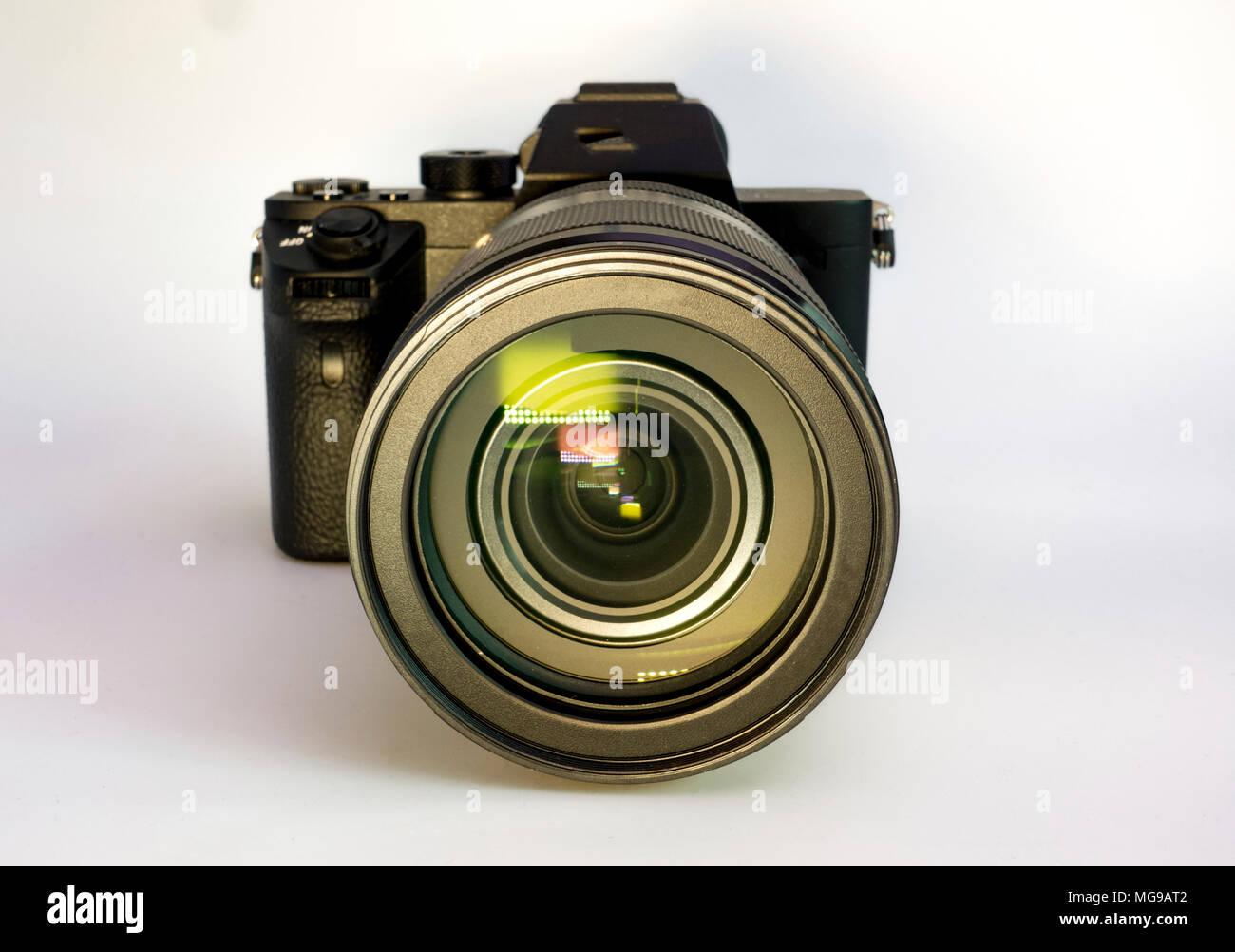 Mirrorless digitale fotocamera con obiettivo zoom. Immagini Stock