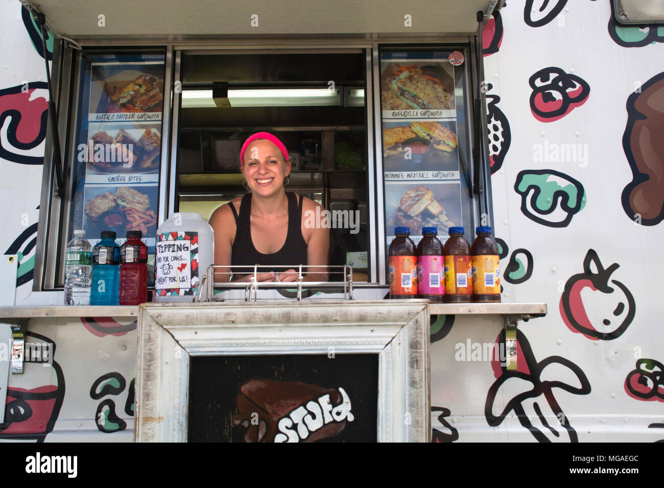 Ritratto di una donna ispanica titolare di una piccola azienda in posa nella finestra del suo cibo sandwich carrello Foto Stock