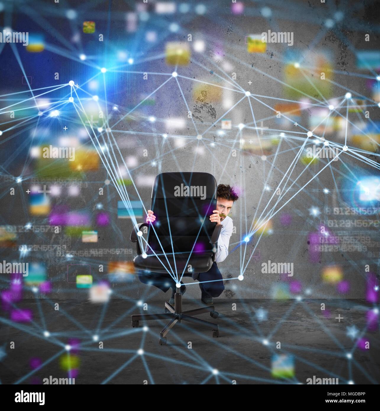 Imprenditore dietro la sedia ha paura della tecnologia internet Immagini Stock