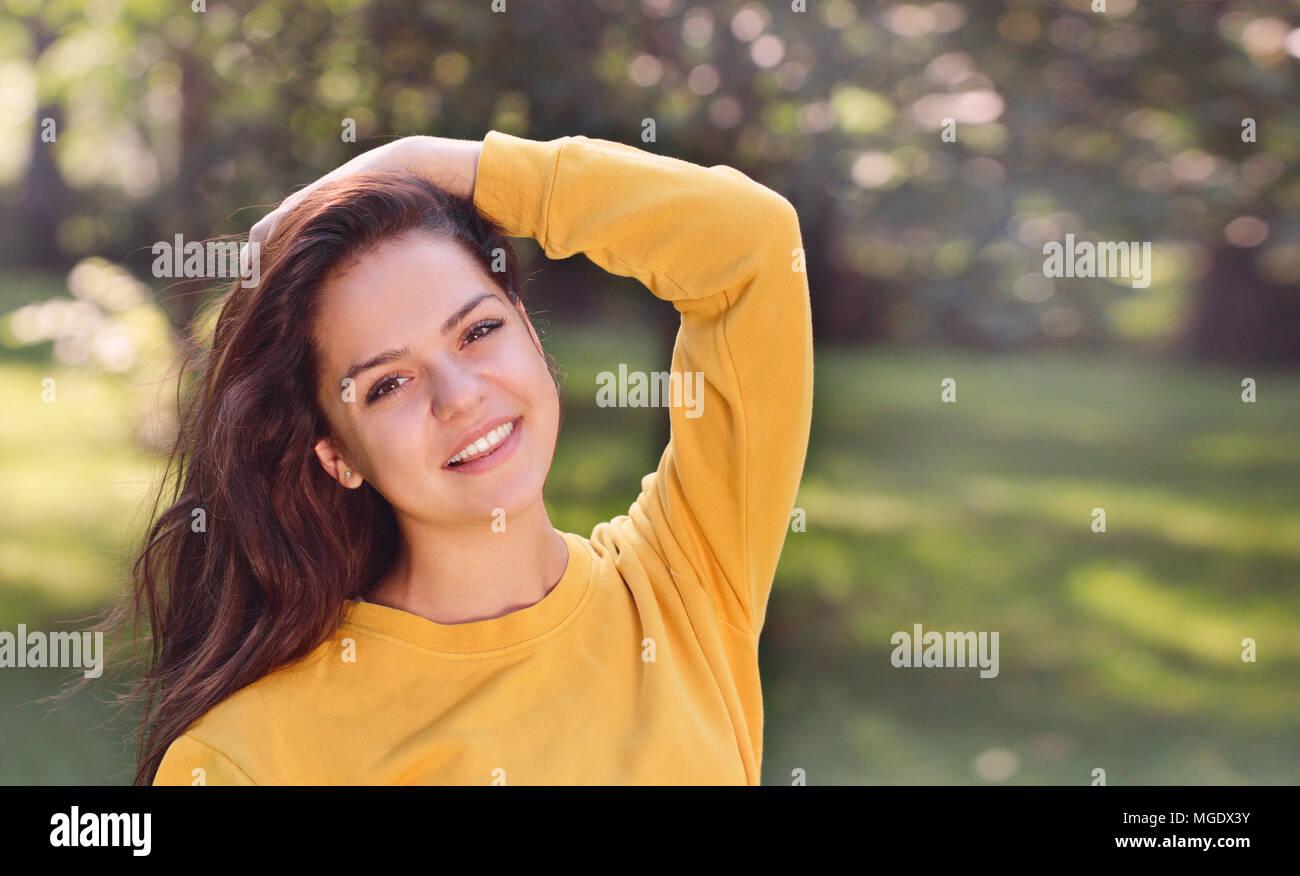 Giovane ragazza piuttosto in autunno o d'estate il parco. Close up ritratto Foto Stock