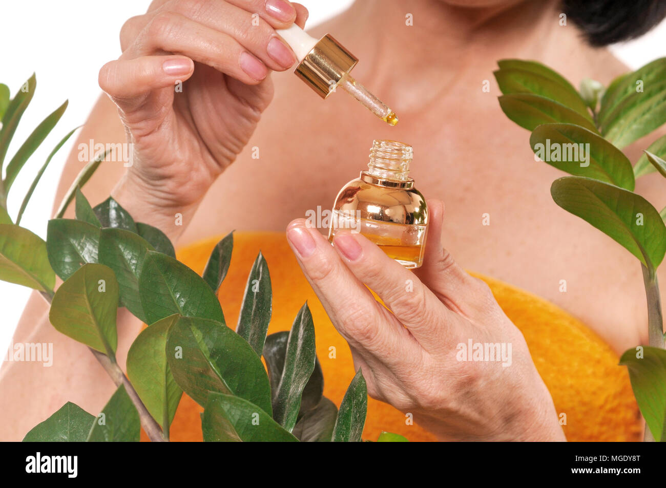 Donna matura facendo ringiovanimento procedura spa su sfondo bianco. La bellezza e il concetto di cura Foto Stock