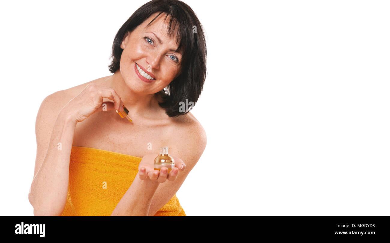 Coppia ben curato donna con bottiglia di profumi. Ritratto di donna senior con la bottiglia di profumo Foto Stock