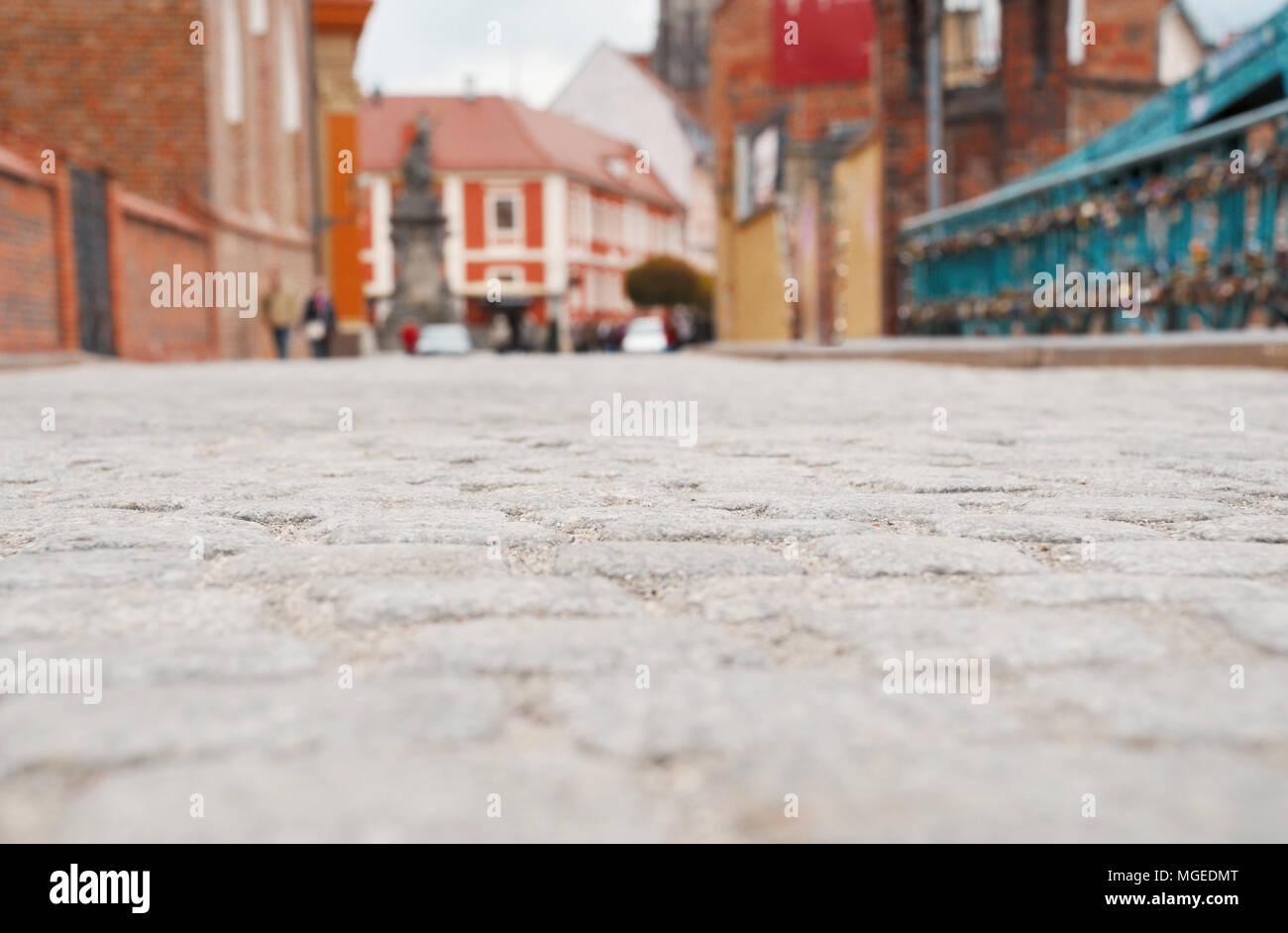 Pavimentazione di pietra della città di Wroclaw, Polonia. Messa a fuoco selettiva sul vicino stone Foto Stock