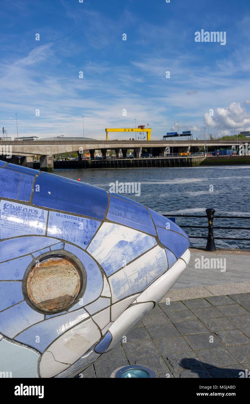 Il grande pesce, Belfast. Il pesce è un 30 metri di scultura di un salmone salmone da John gentilezza. Piastrelle sulla pesca in dettaglio la storia della città Immagini Stock