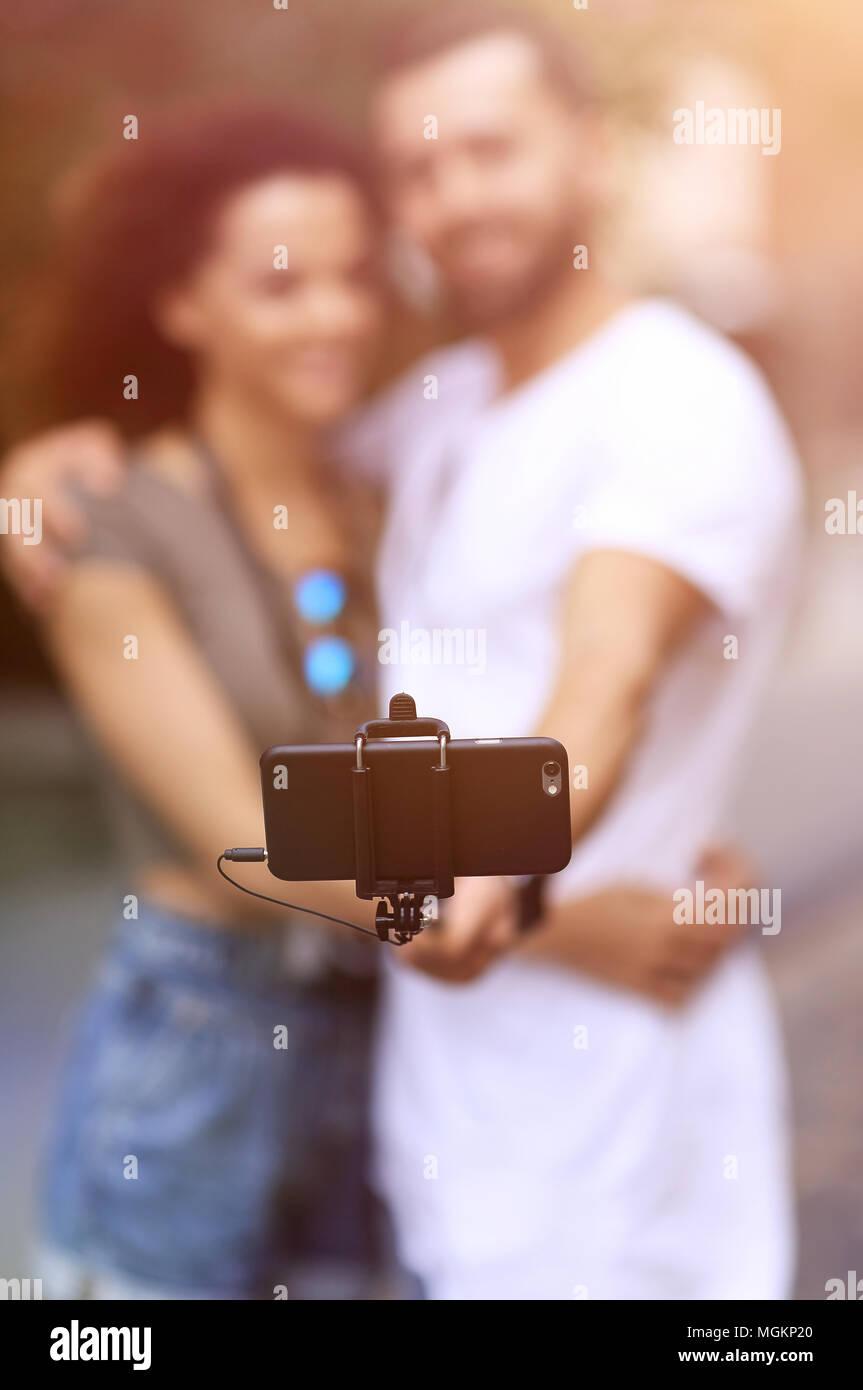 Buon viaggio giovane rendendo selfie, umore romantico. Immagini Stock