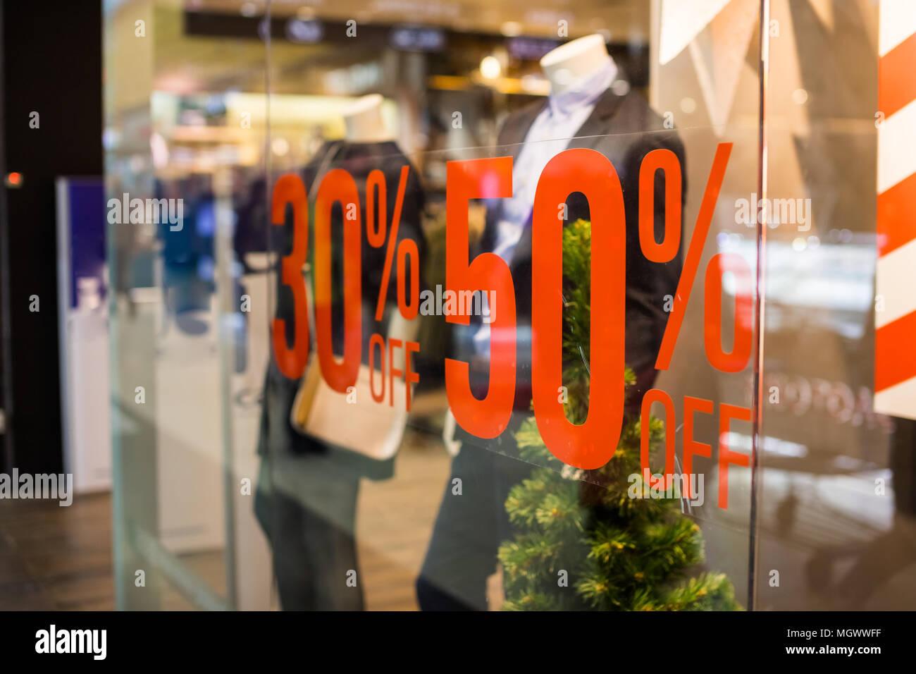 d7b99d6f4505c0 Vendita Shopping segno. Segno di vendita shopping.Segno sconto sulla mostra  finestra. Vendita segno, il simbolo nel negozio di abbigliamento,red  annuncio ...