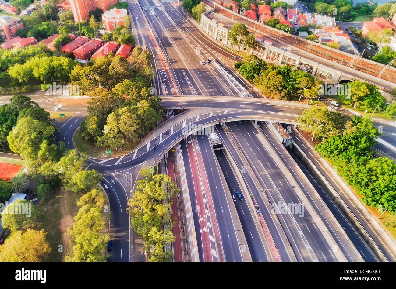 Multi-lane intersezione sulla superstrada Warringah in North Sydney si avvicina il Ponte del Porto di Sydney - aerial vista dall'alto in basso tra locali sobborgo residenziale Immagini Stock