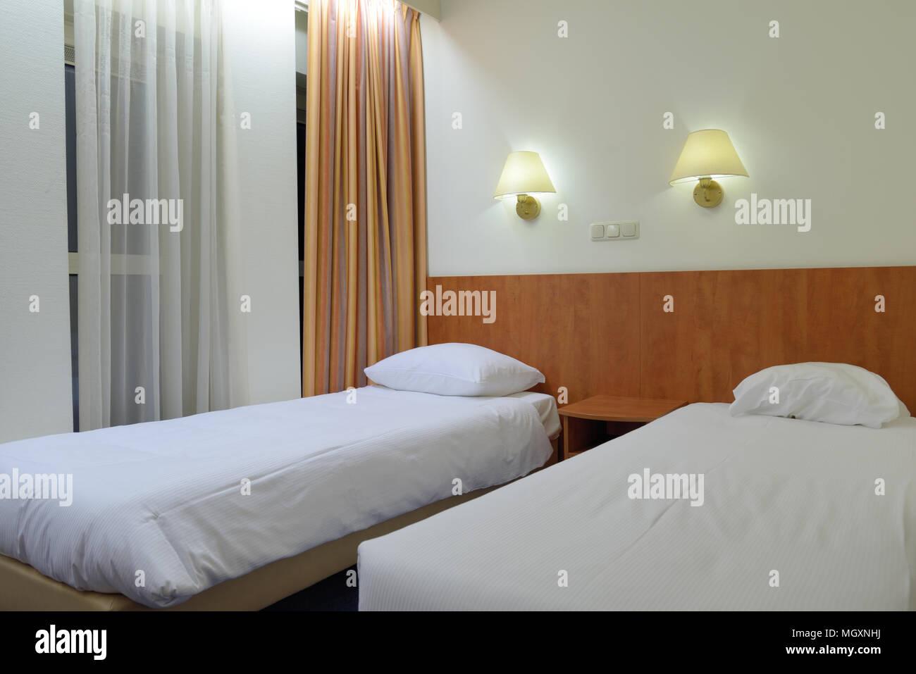 Interno di una camera doppia con letti singoli in un hotel ...