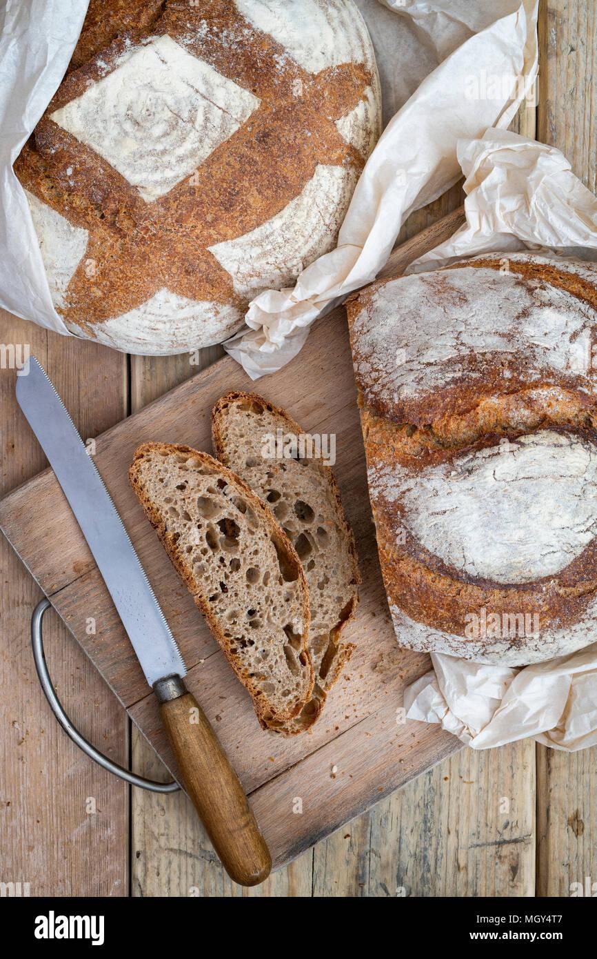 Pane di pasta acida e il farro pane di pasta acida su un pane a bordo. Regno Unito Foto Stock