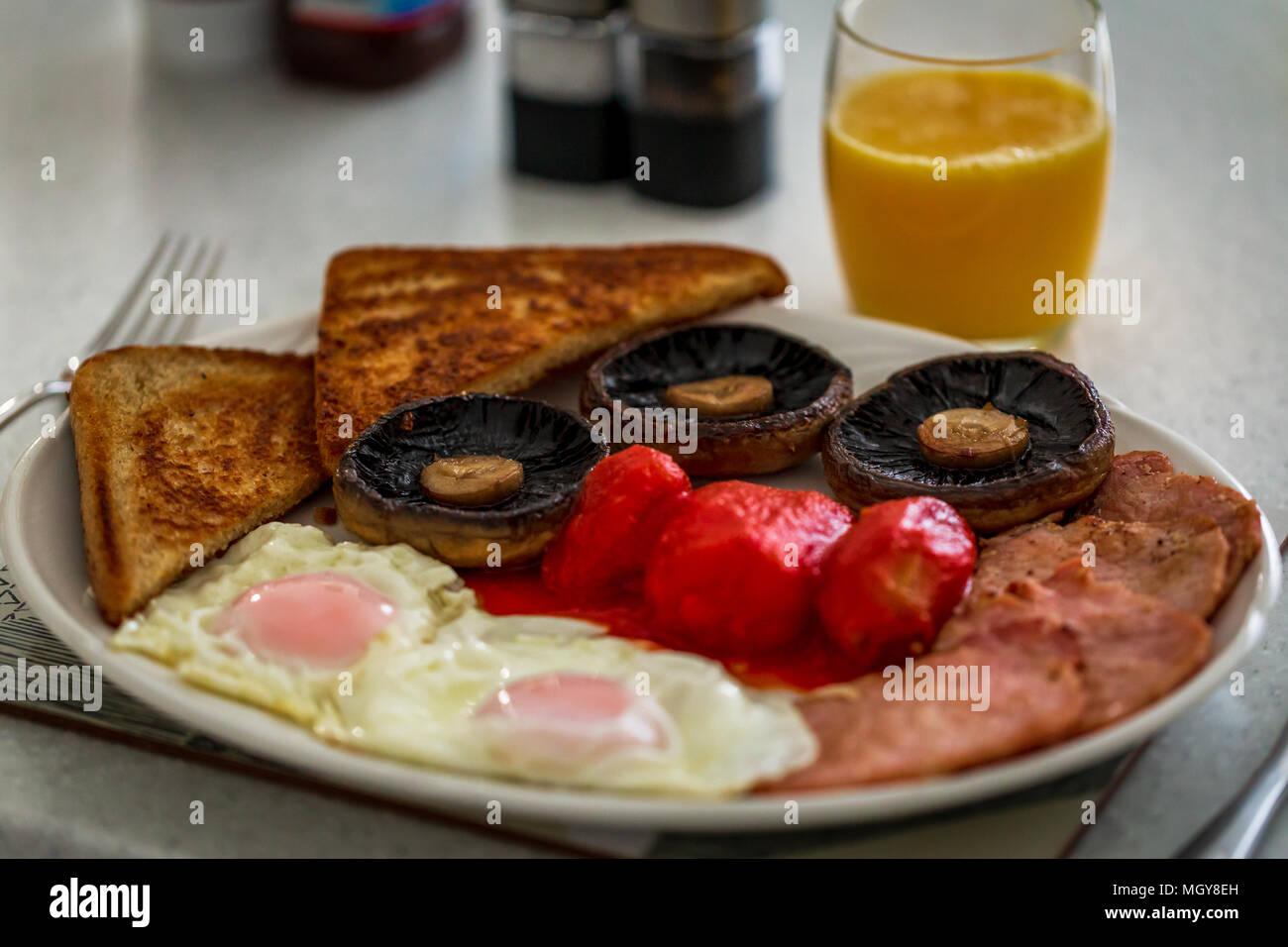 Cucinata prima colazione inglese in una cucina bianca Foto ...