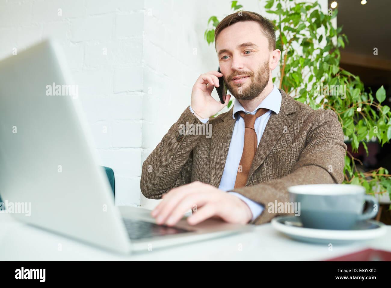Imprenditore bello parlare per telefono Immagini Stock