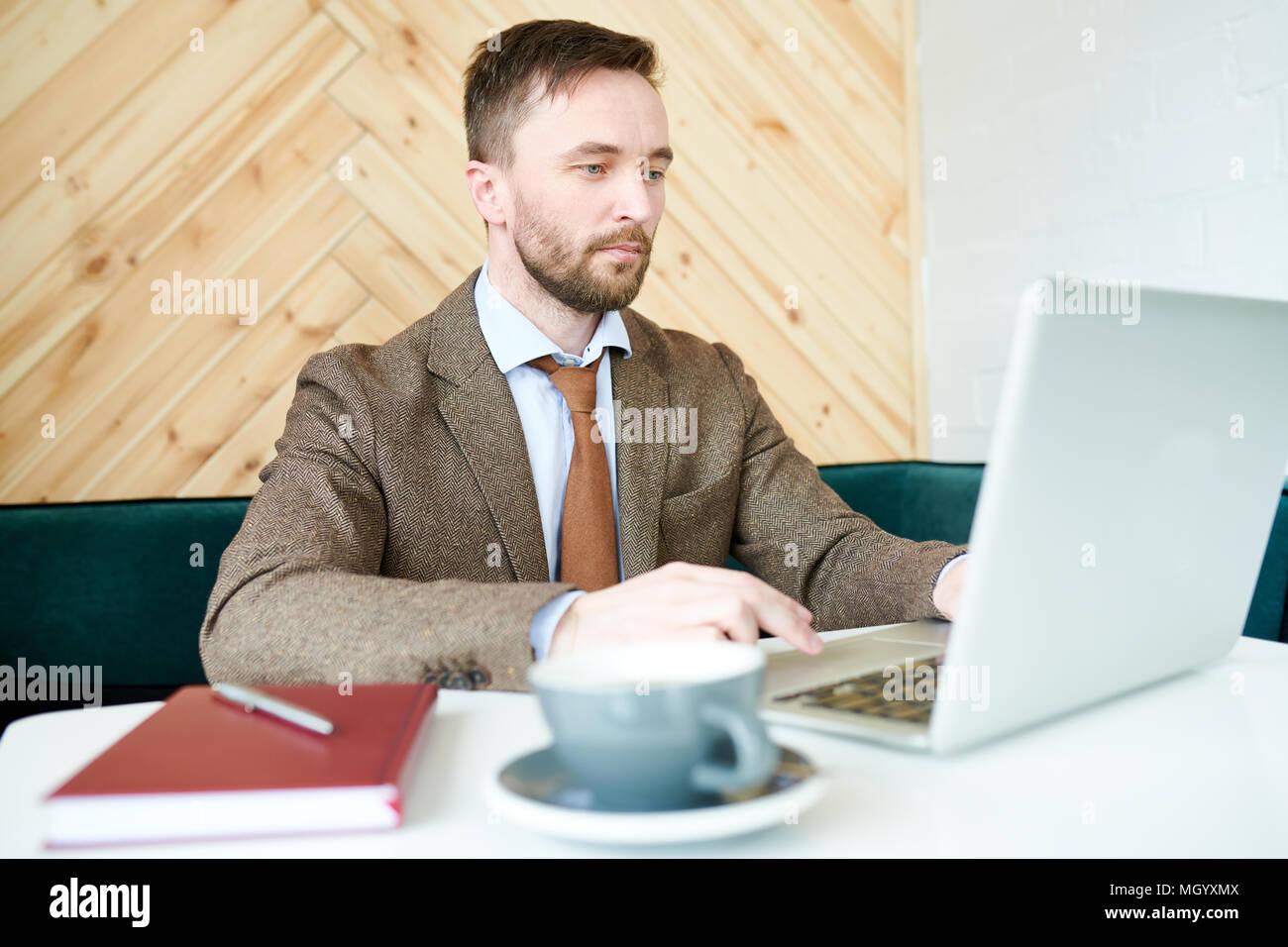 Imprenditore moderno lavoro in Cafe Immagini Stock