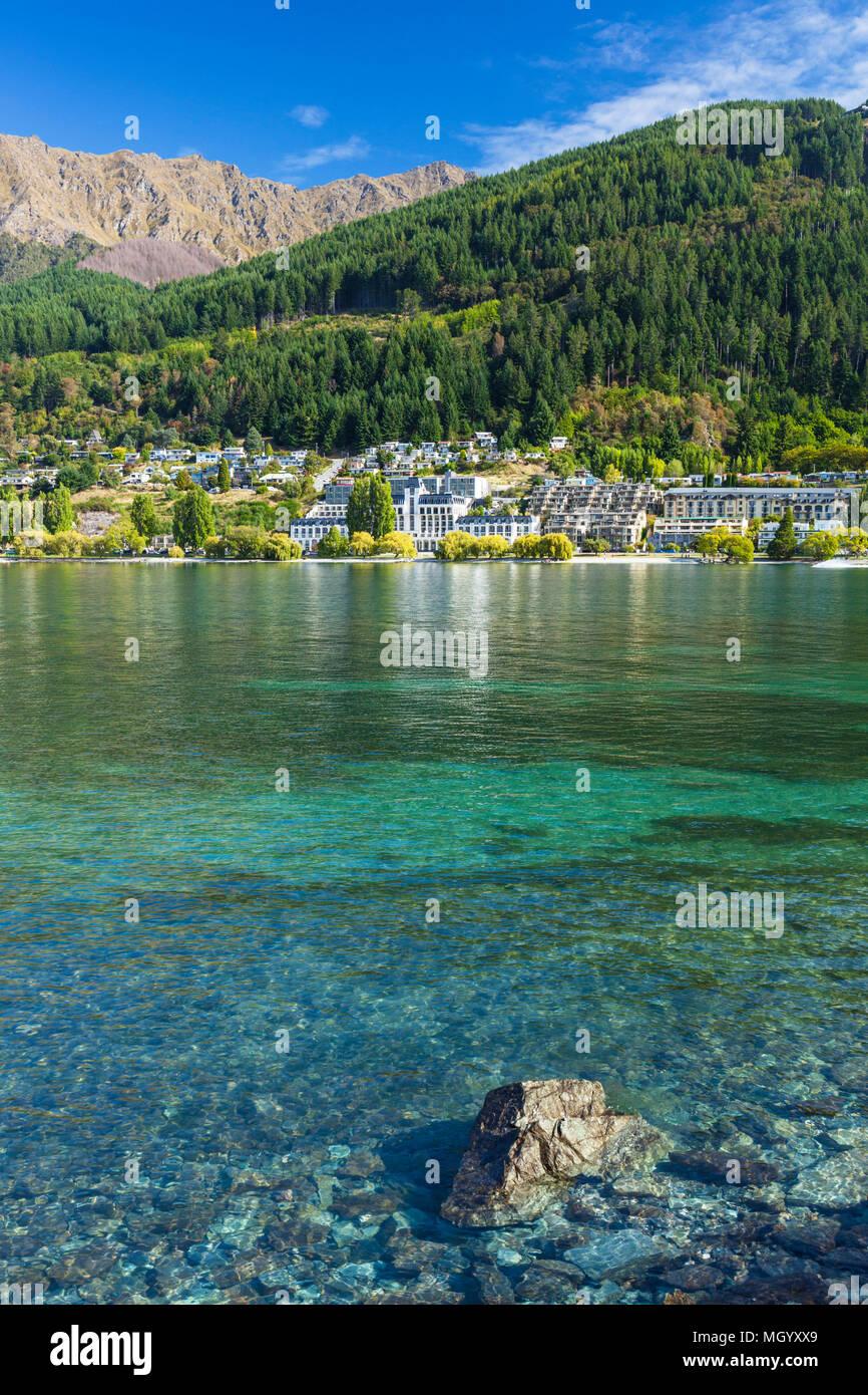 Queenstown Isola del Sud della Nuova Zelanda vista degli alberghi e delle imprese su Lake Esplanade Queenstown Lakeside del Lago Wakatipu queenstown nz Foto Stock