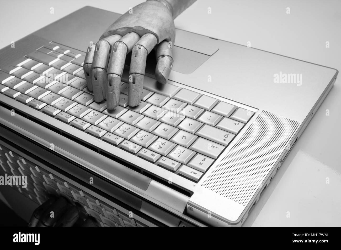 Robot futuristico digitando a mano e di lavoro con la tastiera portatile. Il braccio meccanico con il computer Immagini Stock