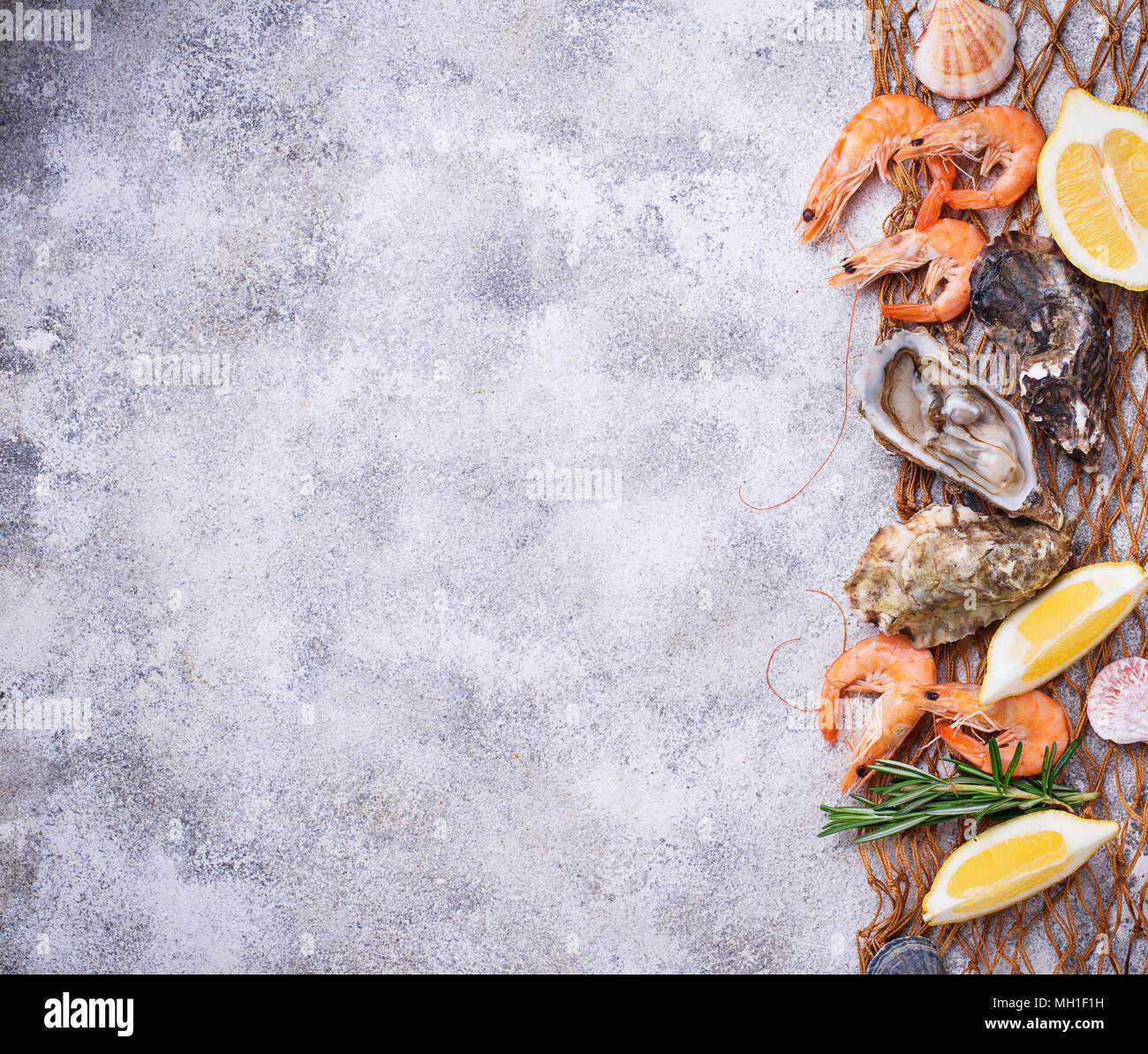 Gamberetti e ostriche. Concetto di frutti di mare Immagini Stock
