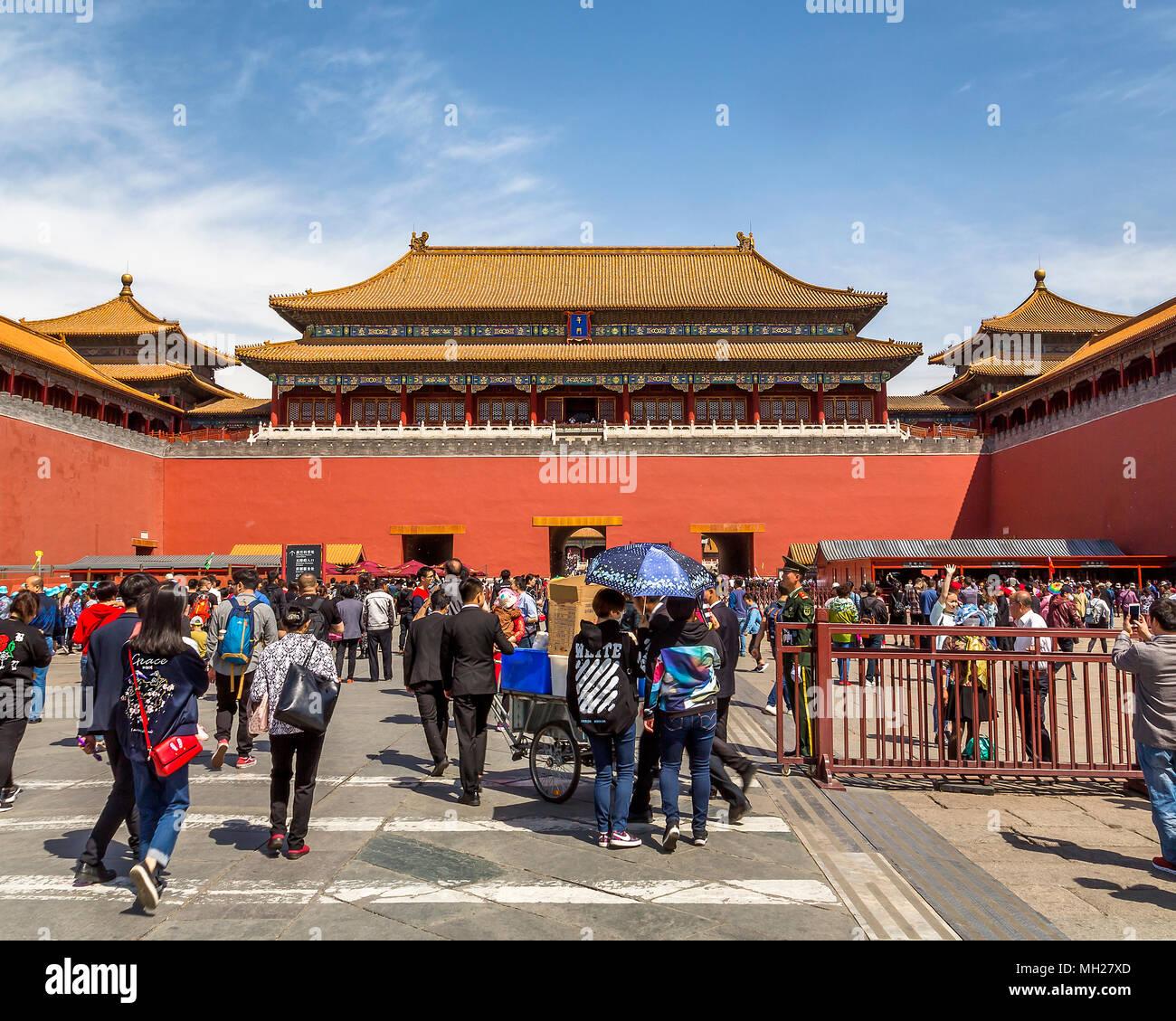 La città proibita a Pechino, Cina - folle di turisti si riuniscono presso la  porta sud che è l'unico ingresso alla Città Proibita Foto stock - Alamy