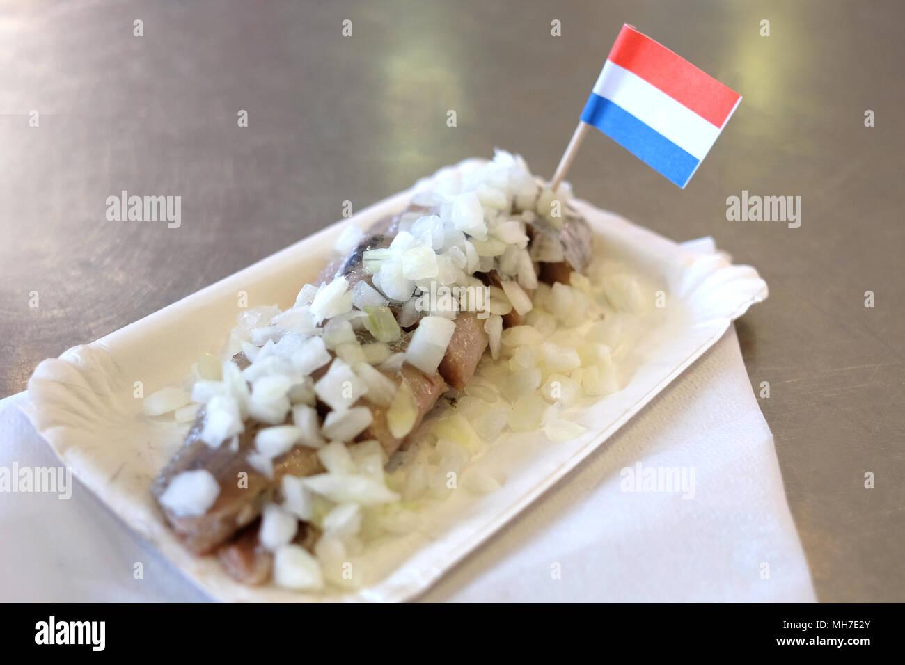 La Tradizionale Cucina Olandese Aringa Pesce Con Cipolla In Un Fast