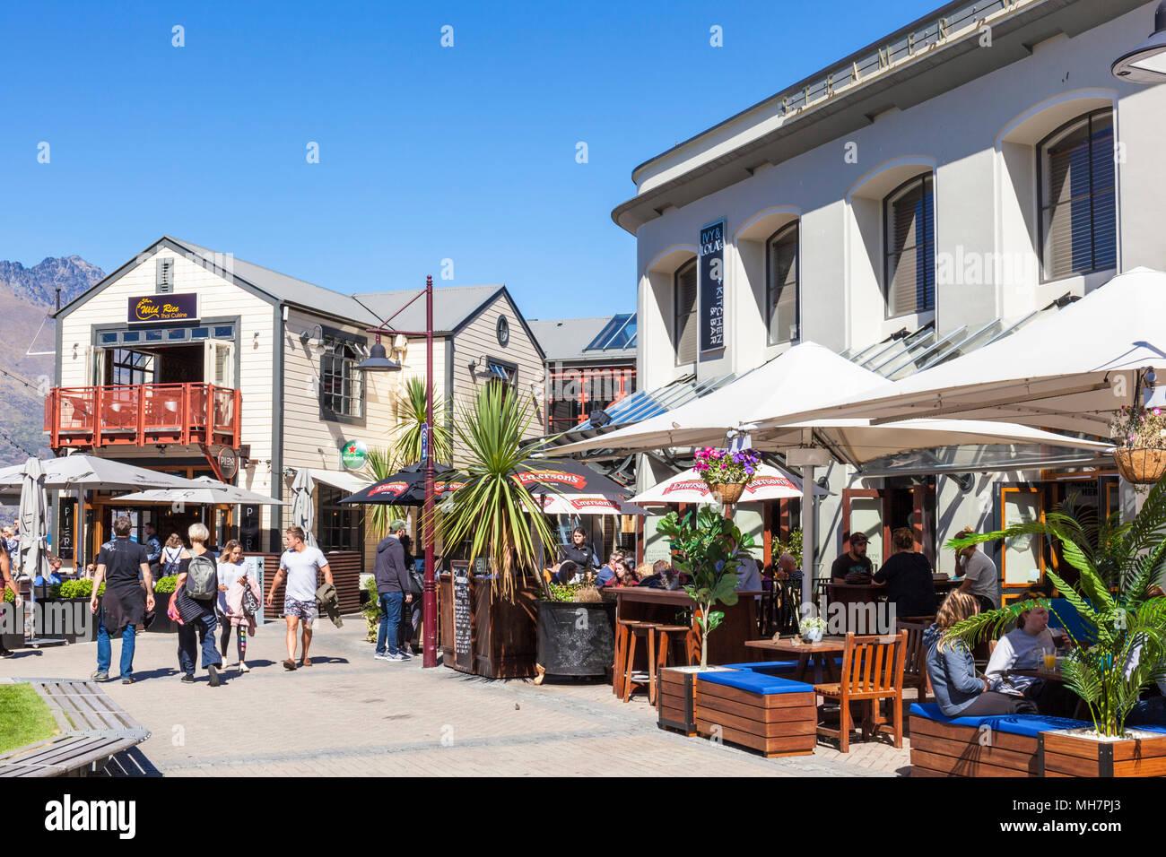 Queenstown Isola del Sud della Nuova Zelanda bar edera e Lola's e pier ristorante sul lungomare vicino al sistema di cottura a vapore quay centro di Queenstown Nuova Zelanda nz Immagini Stock